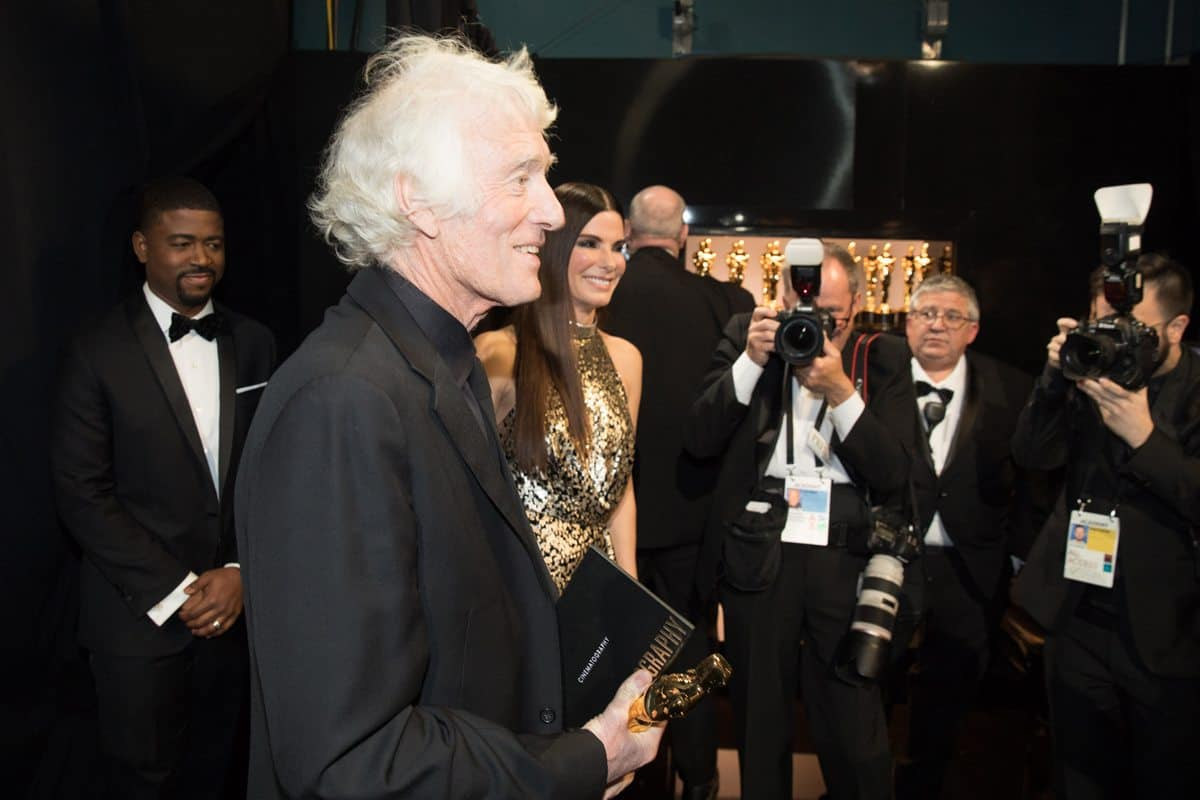 Roger Deakins poses backstage with the Oscar®. Credit: Matt Saykes / A.M.P.A.S.
